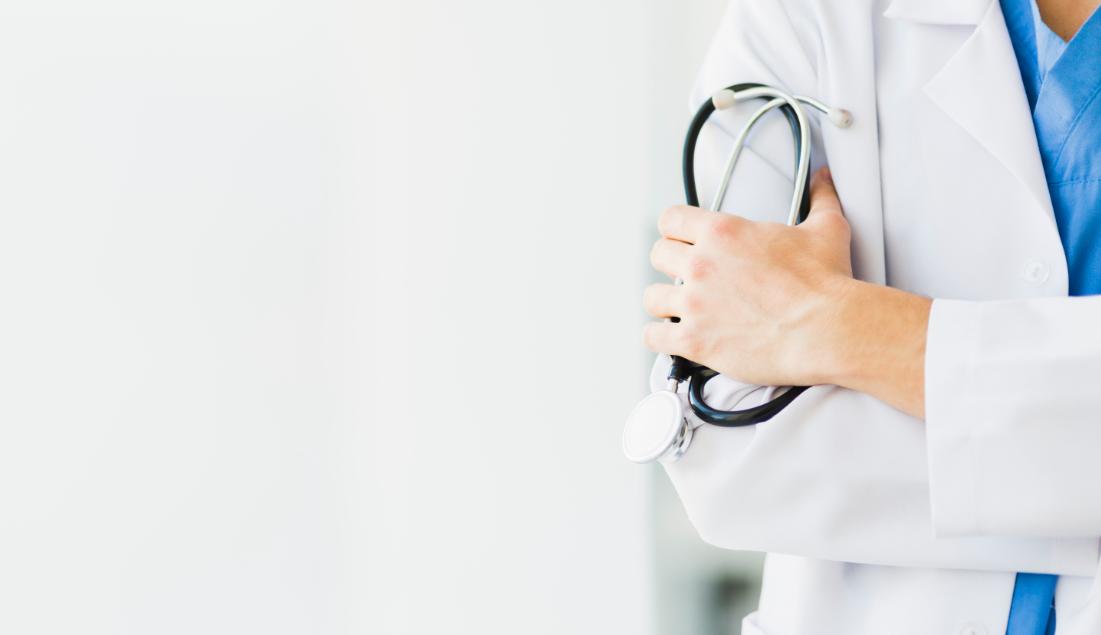 enfermera en intervencion de rinoplastia