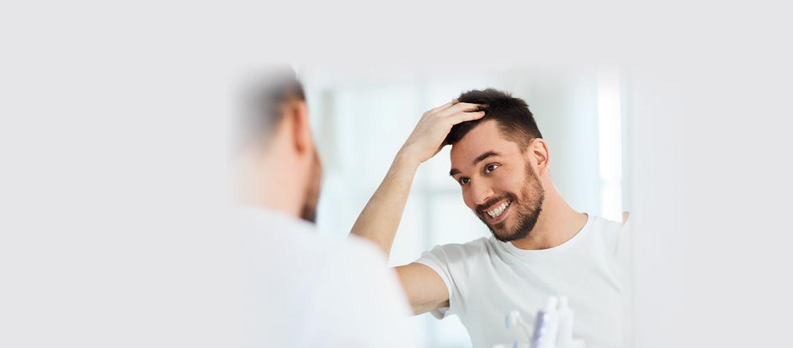 hombre contento trasplante pelo